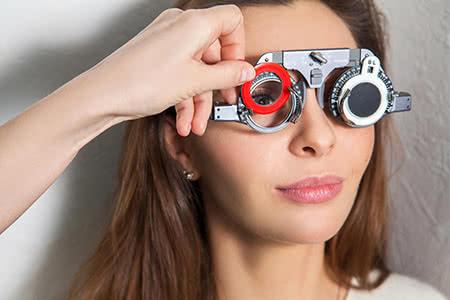 Krankenzusatzversicherung Brille - Junge Frau beim Optiker