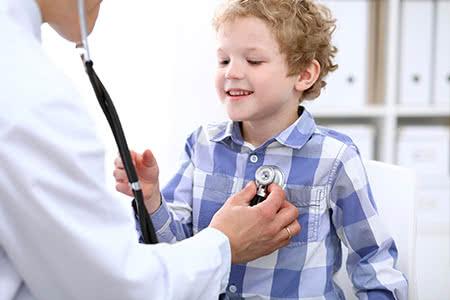 Krankenzusatzversicherung Kind - Junge beim Arzt