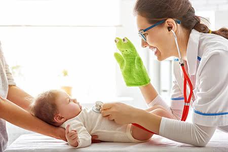 Krankenzusatzversicherung Kind - Ärztin untersucht Kleinkind