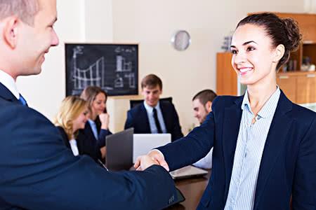 Beamtenanwärter | meine-krankenversicherung.de - Geschäftsleute geben sich die Hand