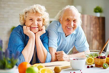 Private Krankenzusatzversicherung | meine-krankenversicherung.de - Glückliches Seniorenpaar in der Küche
