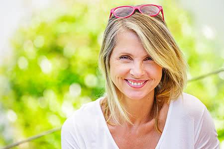 Kosten PKV | meine-krankenversicherung.de - Freundliche Frau lächelt in die Kamera