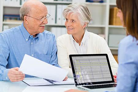 Barmenia Pflegeversicherung | meine-krankenversicherung.de - Senioren-Paar wird beraten und lächelt sich an