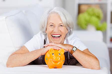 Beitragsbemessungsgrenze Pflegeversicherung | meine-krankenversicherung.de - Freundliche Seniorin mit Sparschwein