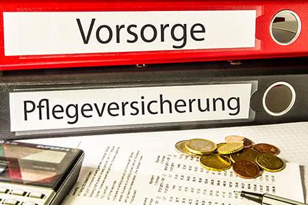 Beitragsbemessungsgrenze Pflegeversicherung | meine-krankenversicherung.de - Akten auf Schreibtisch
