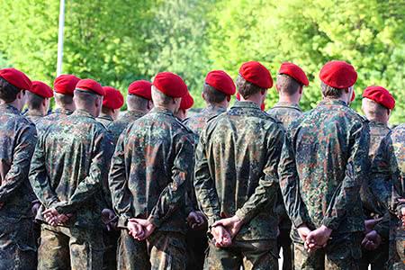 Bundeswehrangehörige in der Pflegeversicherung | meine-krankenversicherung.de - Bundeswehr Soldaten stehen in Formation
