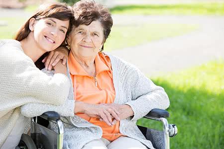 Continentale Pflegeversicherung | meine-krankenversicherung.de - Seniorin und Enkelin umarmen sich in der Natur