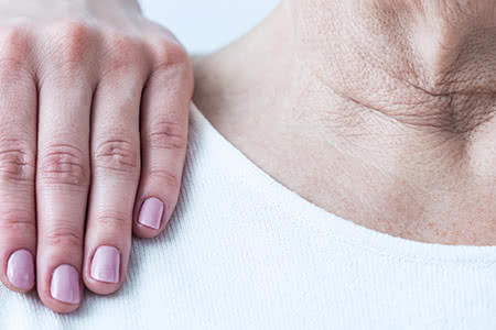 Hansemerkur Pflegeversicherung | meine-krankenversicherung.de - Nahaufnahme Oberkörper Seniorin mit Hand von Pflegerin auf Schulter