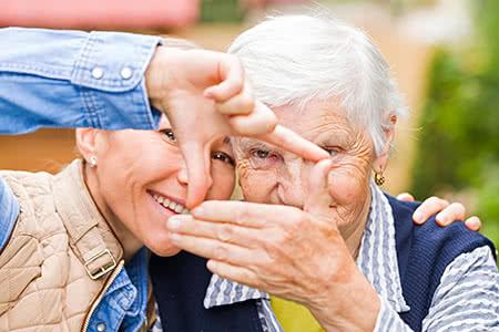 Hansemerkur Pflegeversicherung | meine-krankenversicherung.de - Senioren werden von Ärzten rehabilitiert