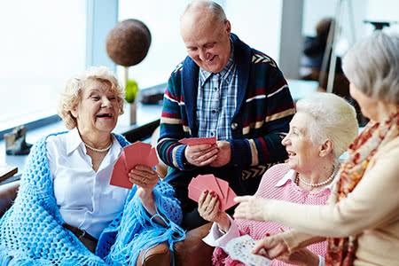 Ideal Pflegeversicherung | meine-krankenversicherung.de - Seniorengruppe spielt Karten