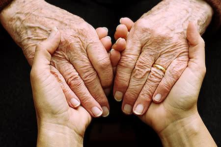 Ideal Pflegeversicherung | meine-krankenversicherung.de - Nahaufnahme junge Hände halten Seniorenhände