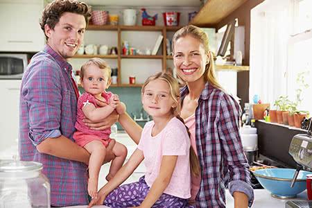 Kinder in der Pflegeversicherung | meine-krankenversicherung.de - Glückliche Familie in der Küche