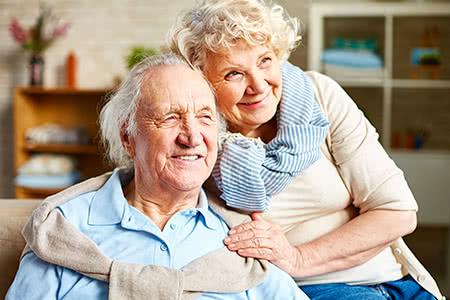 KnappschaftPflegeversicherung | meine-krankenversicherung.de - Seniorenpaar umarmt sich