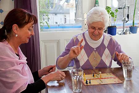 Münchener Verein Pflegeversicherung | meine-krankenversicherung.de - Senioren spielen ein Brettspiel