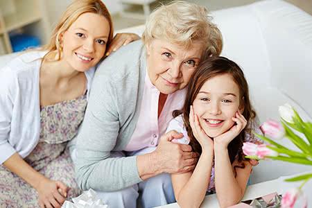 Private Pflegeversicherung | meine-krankenversicherung.de - Freundliche Großmutter mit Tochter und Enkelin
