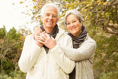 Private Pflegeversicherung | meine-krankenversicherung.de - Seniorenpaar umarmt sich