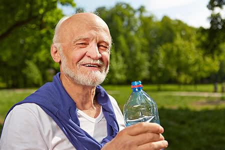 SDK | meine-krankenversicherung.de - sportlicher vitaler Senior mit Wasserflasche in der Natur