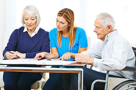 Träger Pflegeversicherung | meine-krankenversicherung.de - Enkelin und Großeltern schauen über Dokumente