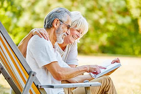 Pflegeversicherung - Großmutter und Enkelin lächeln sich an