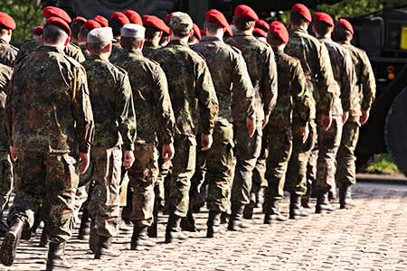 Private Krankenversicherung für Soldaten | meine-krankenversicherung.de - Gruppe von Soldaten bei der Übung