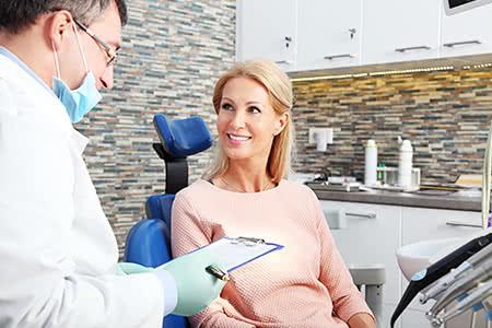 Zahnzusatzversicherung | meine-krankenversicherung.de - Frau wird auf dem Zahnarztstuhl vom Zahnarzt beraten