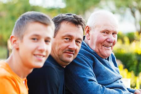 Zusatzpflegeversicherungg | meine-krankenversicherung.de - Drei Generationen, Großvater, Vater, Sohn