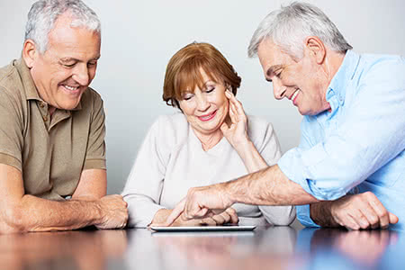 Zusatzpflegeversicherungg | meine-krankenversicherung.de - Seniorenpaar wird beraten