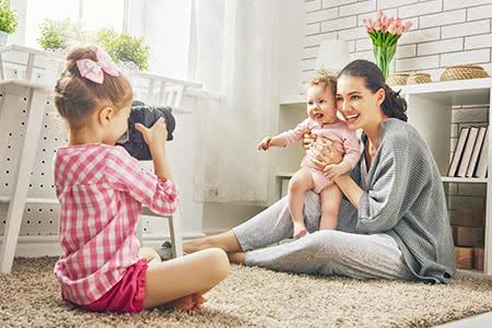 pivate Krankenversicherung für Hausfrauen | meine-krankenversicherung.de - Hausfrau spielt mit ihren Kindern im Kinderzimmer
