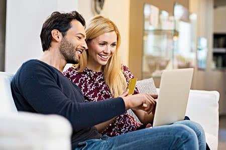 pivate Krankenversicherung für Hausfrauen | meine-krankenversicherung.de - Hausfrau und ihr Mann sitzen am Laptop und informieren sich